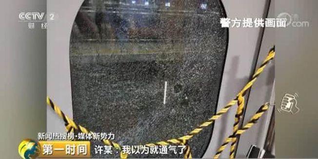 一名酒醉男子搭乘G146次列車前往北京,途中持緊急破窗錘將車門玻璃砸破。(取材自央視)