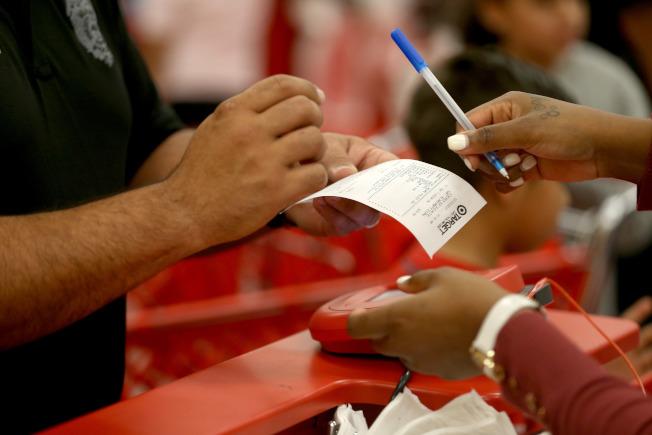 許多消費開銷是可以議價,如信用卡利息。(Getty Images)
