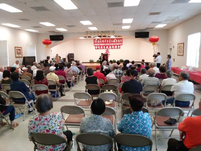 休士頓中華老人服務協會18日下午於晚晴公寓舉辦第二季度會員慶生會,數十位長者同樂。(記者郭宗岳/攝影)