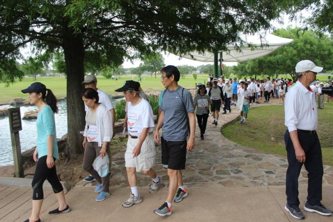 「全民集萬步走入WHA」健走隊伍相當壯觀,吸引許多當地主流民眾目光。(記者郭宗岳/攝影)