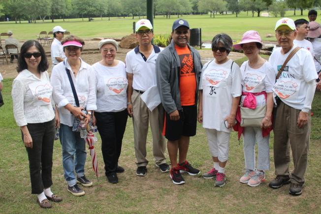 福遍縣縣長喬治(右四)也到場參與,熱情和民眾們互動。(記者郭宗岳/攝影)