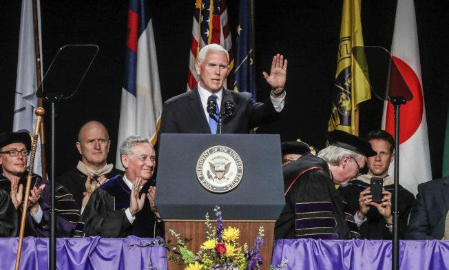 副總統潘斯應邀出席印第安納州泰勒大學畢業典禮,在演講時推銷川普政績,引起部分師生退席抗議。(美聯社)