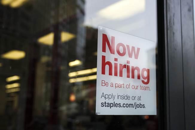 美國經濟強勁,今年畢業生找工作較容易,圖為Staples掛出的招募標語。(Getty Images)