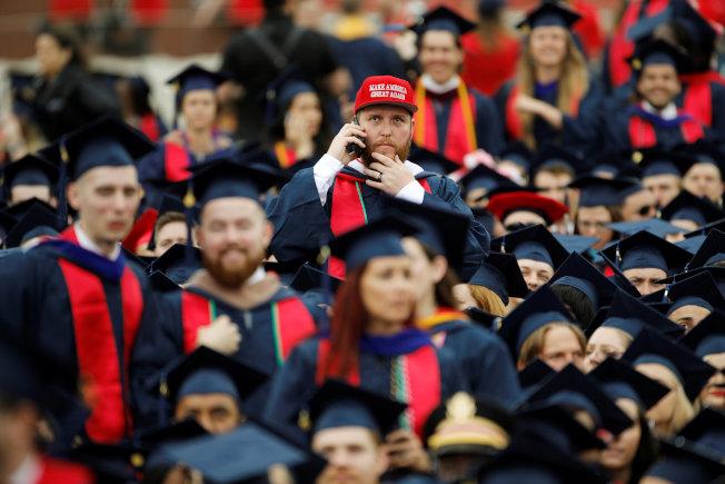 美國經濟強勁,今年畢業生找工作較容易,圖為維州自由大學的各族裔畢業生。(路透)