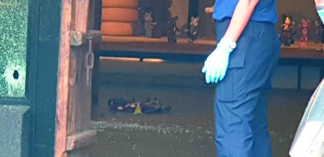 台中市沙鹿區18日發生槍擊命案,兩名歹徒持槍到一茶館掃射,並鎖定在茶館內的史姓男子開槍,茶館內多處可見彈孔痕跡。(記者游振昇/攝影)