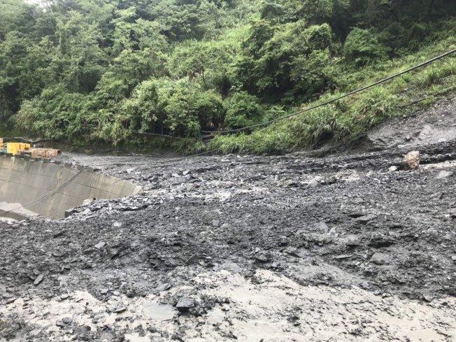南投縣仁愛鄉奧萬大國家森林遊樂區內部雖無重大災情,但聯外道路有多處落石坍方及泥流中斷現象。圖/南投林管處提供