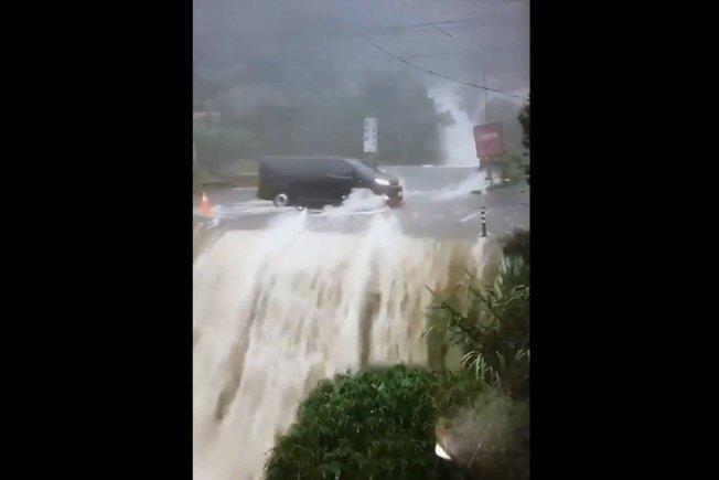 南投縣昨遭豪雨狂炸,災情慘重,可怕災況影片不斷被轉傳,今出現「遊覽車開在山洪瀑布上」的超驚險影片。圖/讀者提供
