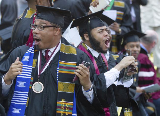畢業生聽到學貸全免,難以置信,興奮地高聲歡呼。(美聯社)