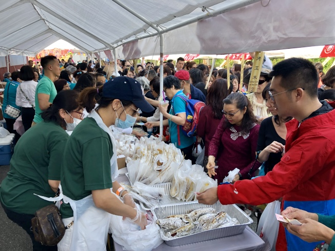 素食廣場的素食深受民眾喜愛。(記者朱蕾╱攝影)