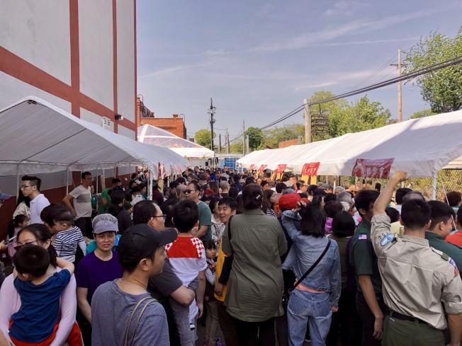 素食廣場現場擠滿民眾。(記者朱蕾/攝影)
