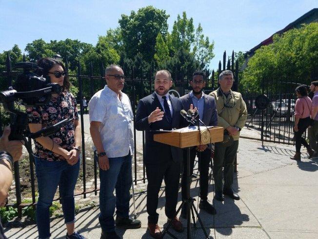 張晟(發言者)呼籲市府增加清潔街道垃圾桶的頻率。(張晟辦公室提供)