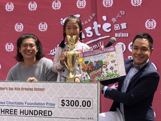 特別獎獲得者。左為大華超市市場總監Juliet Chen。(記者王若然/攝影)