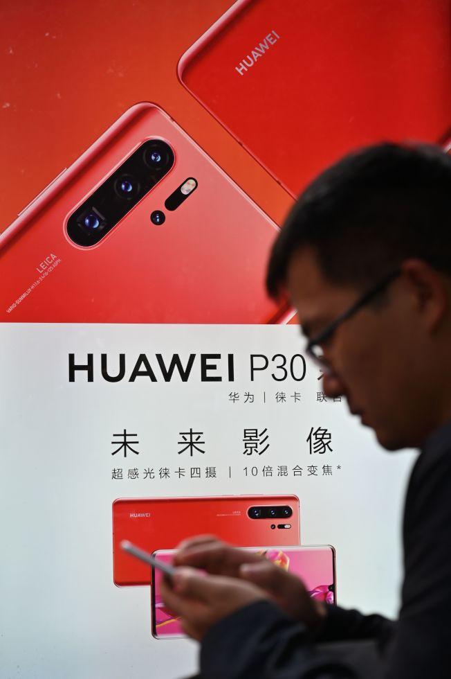 路透報導,美國公司谷歌已停止跟中國華為部分合作業務,使用安卓系統的新一代華為手機將無法使用Google Play、Gmail等程式,影響重大。圖為本月10日上海街頭的華為手機廣告。以後華為手機的使用範圍將大受限制。(路透)