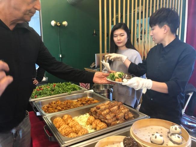 長安餐廳的美食攤位。(記者張宏/攝影)