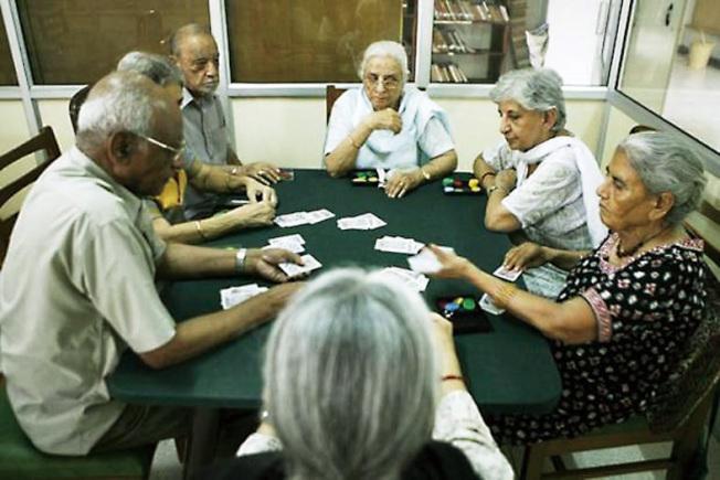 活躍的社交活動有助於降低老年癡呆症的風險。(美聯社)