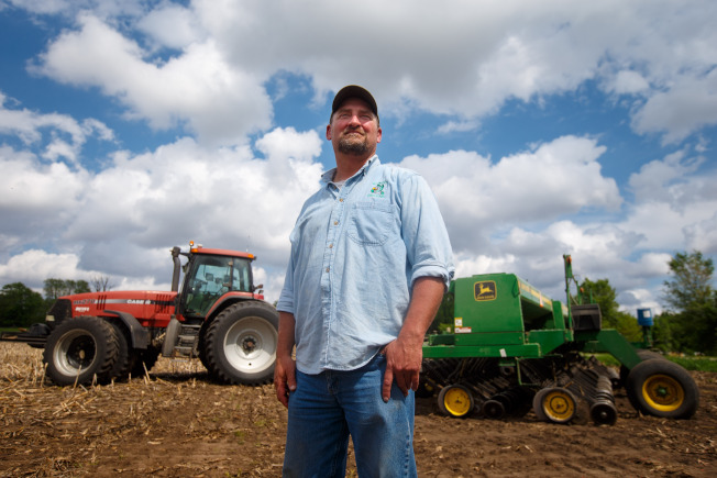 儘管美中貿易戰開打,但美中地區農業穀的農民仍然繼續支持川普總統的對中國強硬貿易政策,沒有退縮。圖為農夫巴杜爾在農地工作。(美聯社)