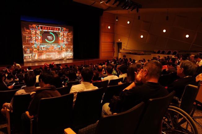 新勝景掌中劇團演出吸引眾多華洋觀眾觀賞,場面熱鬧。(休士頓華僑文教服務中心提供)