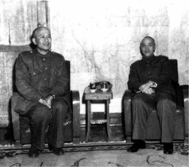 民國38年1月20日,蔣中正(右)與白崇禧在重慶會晤。這是兩人在大陸的最後一張合照。(圖:白先勇提供)