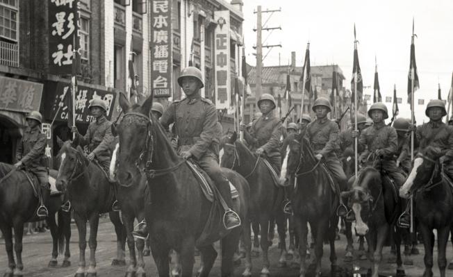 政府遷台首度閱兵 騎兵隊「包圍」蔣中正總統座車。( 本報資料照片)