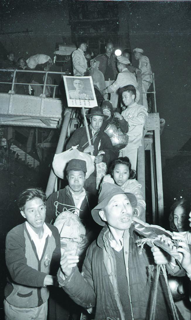 大陳義胞撤退到台,在基隆港下船,有人手上還拿著蔣中正照片。(本報資料照片)