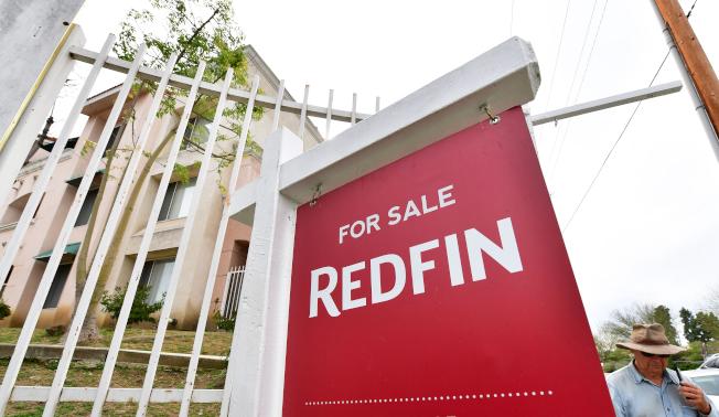 51%的千禧世代屋主後悔購屋,主因是房屋貸款太高。圖為居民行經加州一棟求售的房屋。(取自臉書)