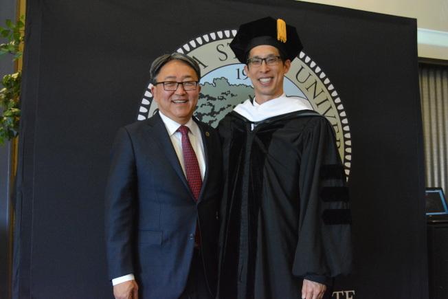 漫畫小說家楊謹倫獲得東灣州立大學榮譽文學博士學位。圖左為學校校長森下(Leroy M. Morishita)。(記者劉先進/攝影)