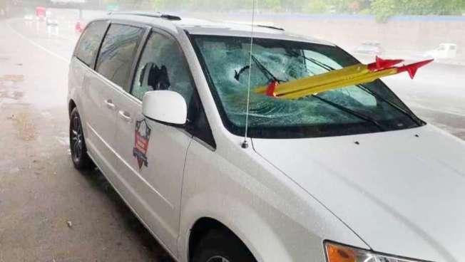 一輛休旅車在沙加緬路5號公路上被一把從天而降的鋼製三腳架刺穿,造成一人肺部被刺穿。(加州公路巡警局提供)