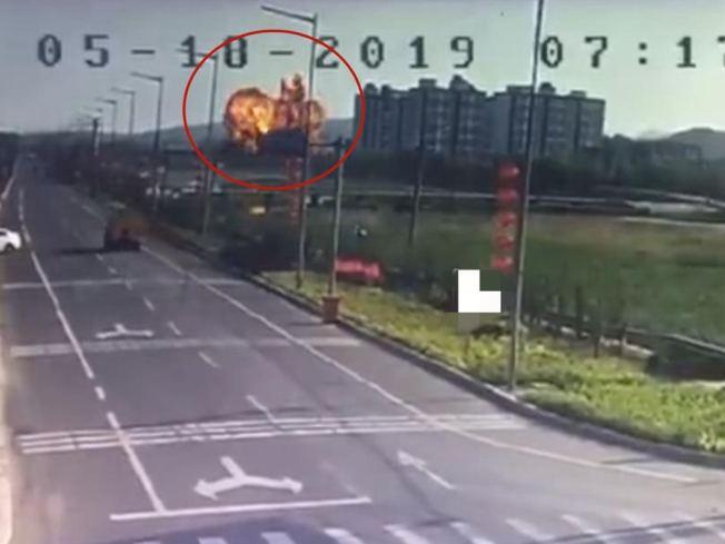 網傳解放軍一架殲轟7A墜毀山東,畫面可見現場發生爆炸,巨大火球騰空而起。(視頻截圖)