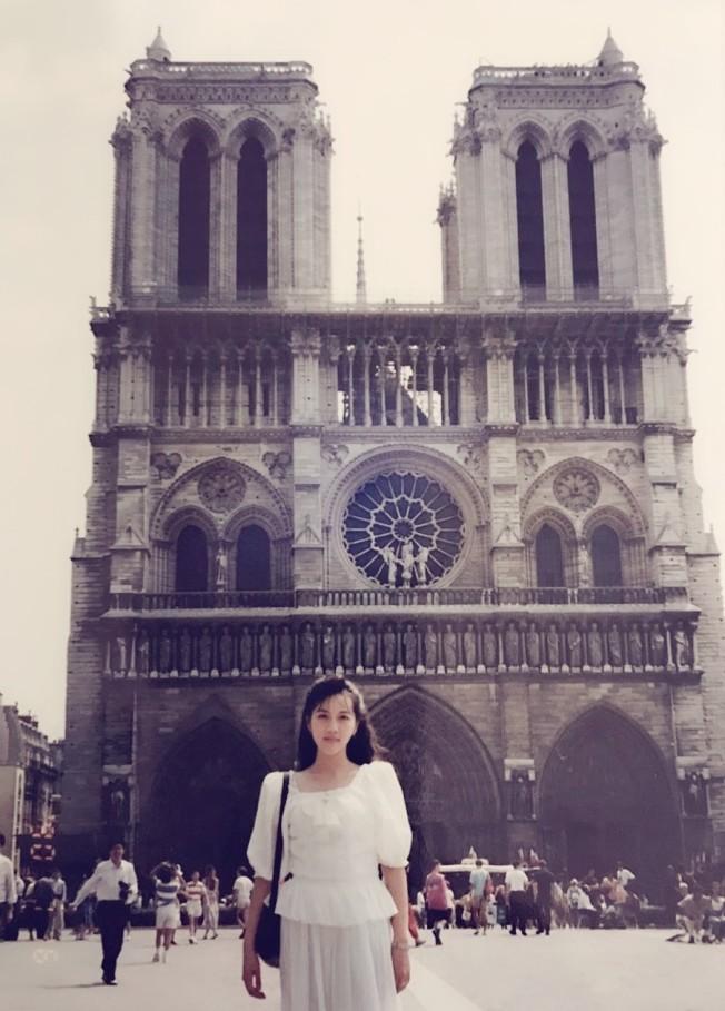 一九九○年,作者於巴黎聖母院前。