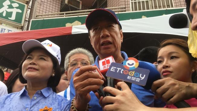 有意參加國民黨總統初選的鴻海董事長(右二)郭台銘19日到雲林迎送六房媽。(記者陳雅玲/攝影)