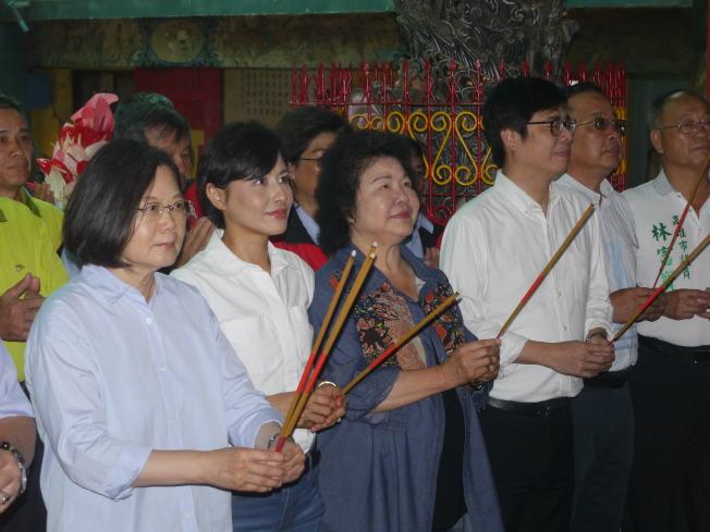 蔡英文總統(左)19日到高雄南海紫竹寺參拜。(記者徐白櫻/攝影)