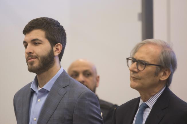 卡邁羅(左)與律師戈特利布(右)在提訊時答辯無罪。(美聯社)