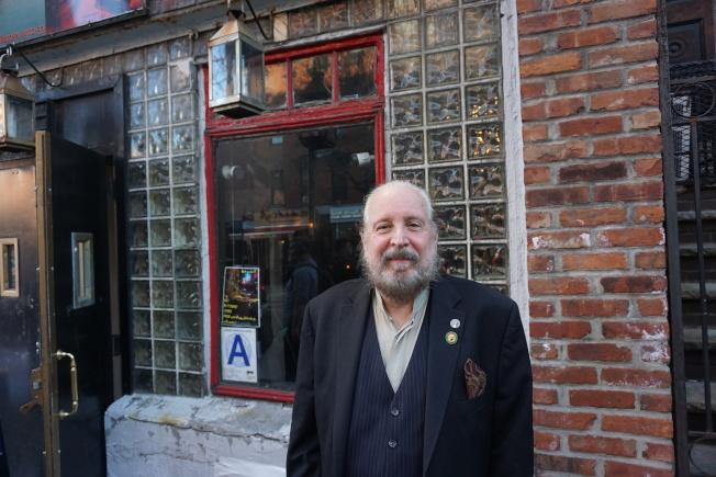 紐約黑幫博物館館長奧特威,這裡曾是黑幫分子聚集的酒吧。(王若馨/攝影)