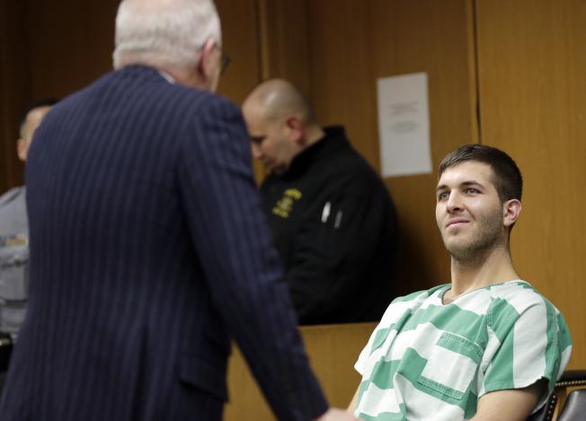 卡邁羅(右)首次出庭時面露微笑。(美聯社)