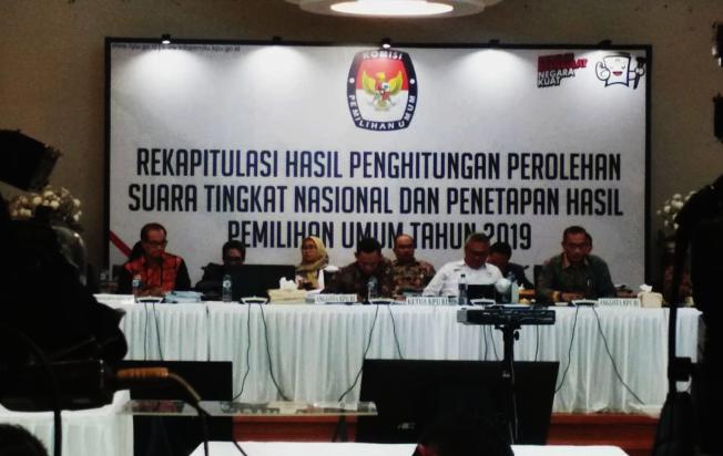 印尼選舉委員會21日凌晨宣布總統選舉的正式計票結果,總統佐科威以約10.82%的領先得票率擊敗對手普拉伯沃,雙方票數差距約1659萬張。中央社