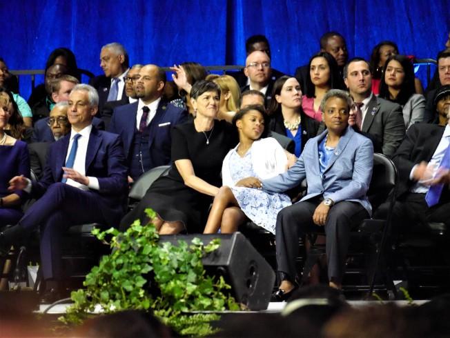 芝加哥市長萊特福特(前右一)與妻子、女兒(前右三、右二)出席就職典禮。(特派員黃惠玲╱攝影)