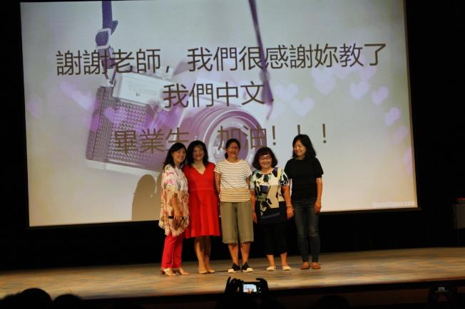 校長林香蘭(左一)與家長會會長及成員們合影。(記者林昱瑄/攝影)