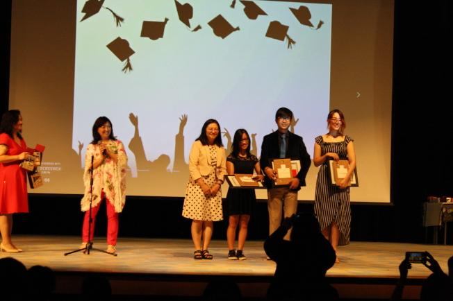頒發獎狀及禮物給三位畢業生:夏幼娜(右起)、李佳駿、林卉妮。左二起為林香蘭、傅瑾玲。(記者林昱瑄/攝影)