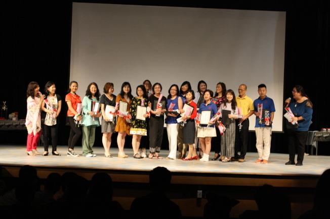 校長林香蘭(左一)頒發教師年資獎給學校老師。(記者林昱瑄/攝影)