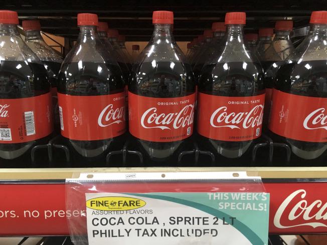 研究人員認為,飲料稅有益於民眾健康。圖為費城超市標出特價汽水已含稅。(美聯社)