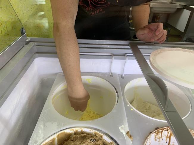 雪糕行店員蔣Andrew表示,榴槤口味雪糕是近日熱銷款。(記者賴蕙榆/攝影)