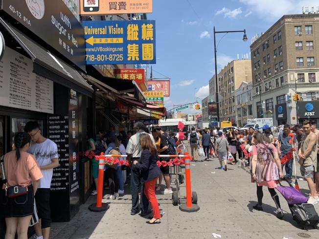 紐約市20日迎87度高溫,民眾不畏豔陽在緬街新開的冷飲店前排隊。(記者賴蕙榆/攝影)