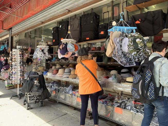 法拉盛店家因應天氣,已上架開賣消暑、防曬用品。(記者賴蕙榆/攝影)