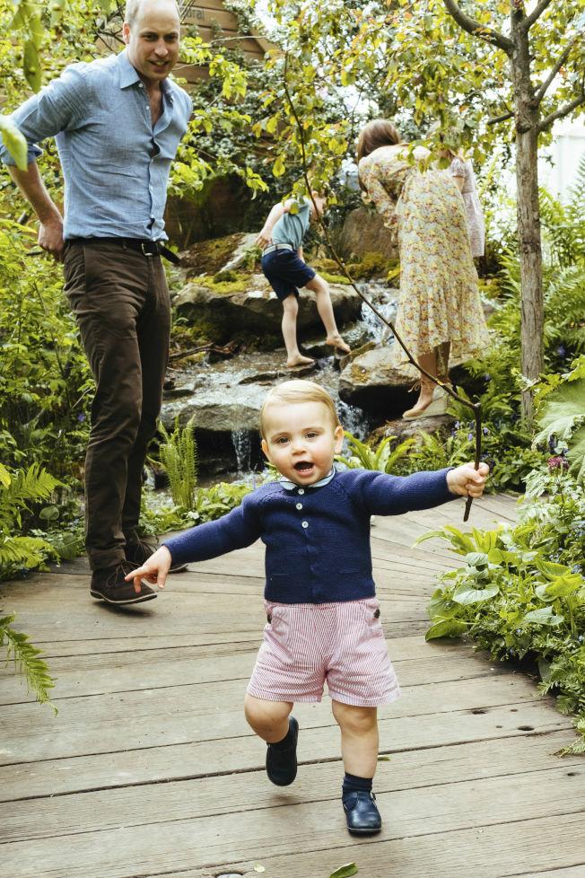 剛滿一歲的路易小王子學會走路了。(美聯社)