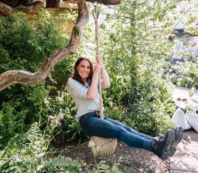 凱特穿著襯衫、牛仔褲一身輕便,童心未泯坐在球型吊繩上。(歐新社)