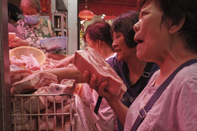 受非洲豬瘟影響,香港屠房一度暫停屠宰,至20日街市才恢復供應新鮮豬肉。(美聯社)
