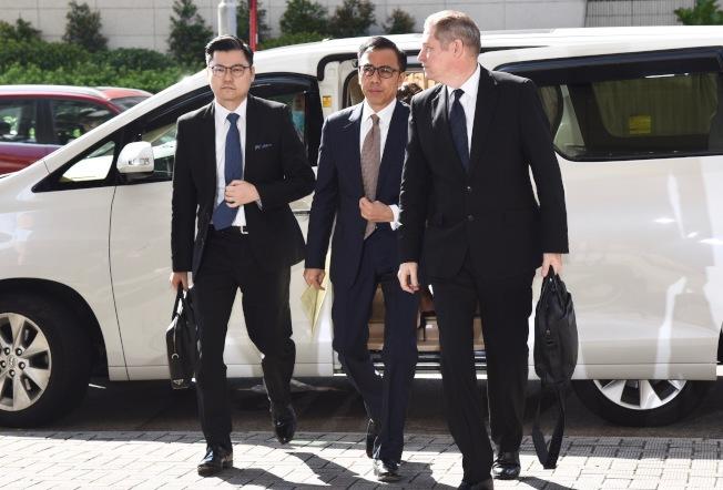 香港前經濟發展及勞工局副秘書長馮永業(中)。(中通社資料照片)