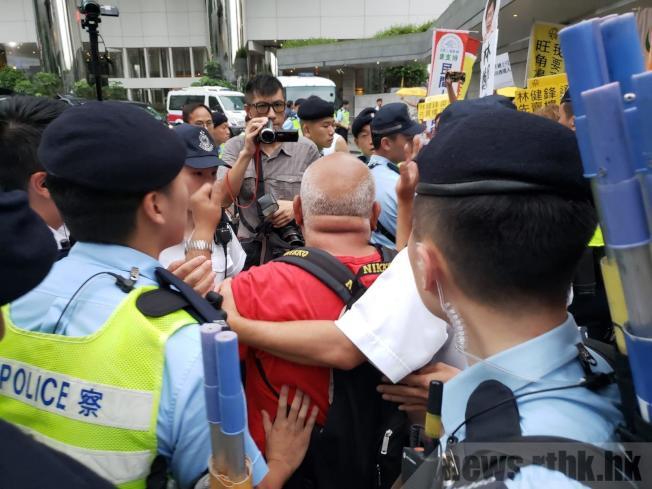 林鄭月娥出席酒會,約20名民陣成員到酒店外示威。(取材自香港電台)