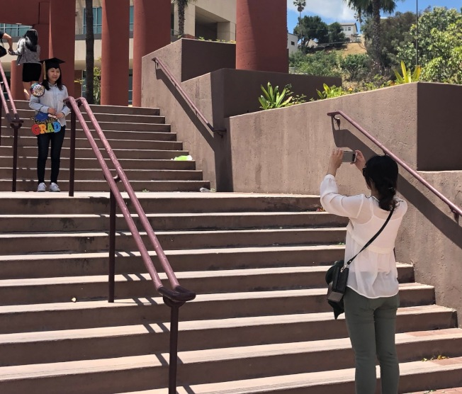 畢業生們在校園各個角落拍照。(記者張宏/攝影)