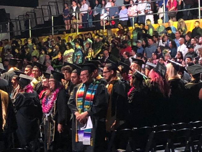 洛杉磯州大藝術與文學學院的畢業生們。(記者張宏/攝影)